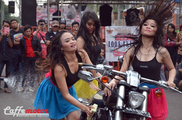 dimas_Ladywasher_penampilan gadis-gadis pncuci motor ikut memeriahkan Jambore Motor Antik ke 21 se-Indonesia (1)