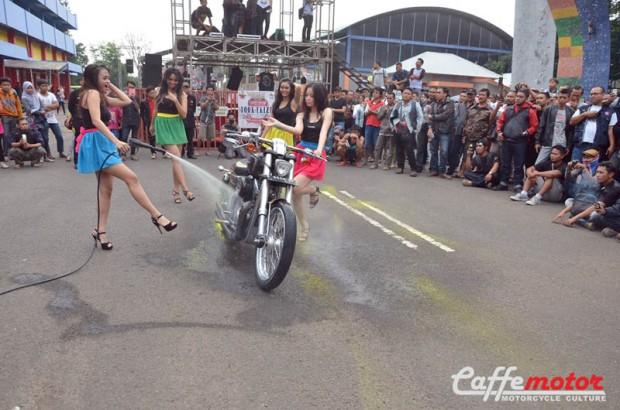 dimas_Ladywasher_penampilan gadis-gadis pncuci motor ikut memeriahkan Jambore Motor Antik ke 21 se-Indonesia (2)
